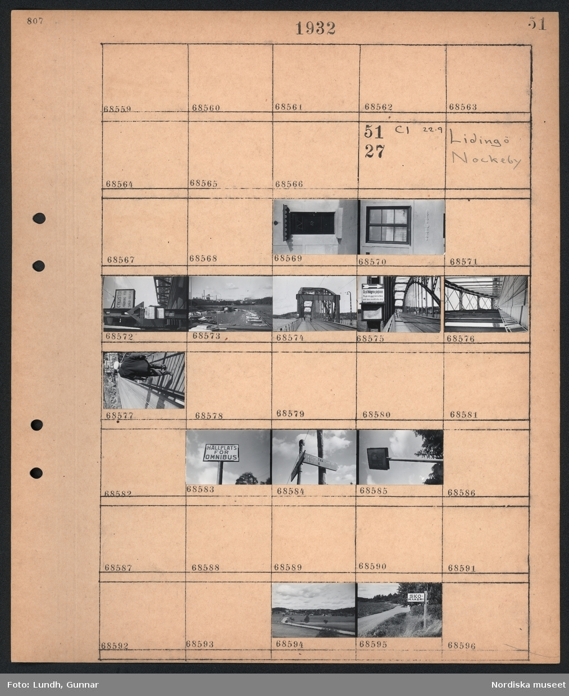 """Motiv: Lidingö; Ej kopierat.  Motiv: Lidingö, Nockeby; En dörr, ett fönster, skylt """"Cyklister Varning för spår & växlar"""", vy över hamn med båtar, vy över bro med fotgängare och cyklist, skylt på bro """"Gå på högra gångbanan Ni går då emot körtrafiken och kan överblicka den"""", skylt """"Hållplats för omnibuss"""", vägskylt """"Skärsätra Brevik Gåshaga"""", landskapsvy med väg och bebyggelse, stolpe med skylt """"Skomakeri""""."""
