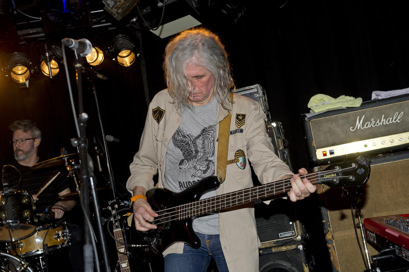 Eirik «Pytten» Hundvin spilte bass med El Regn. Bak trommesettet sitter Tom Kogstad. Foto: Helge Skodvin.