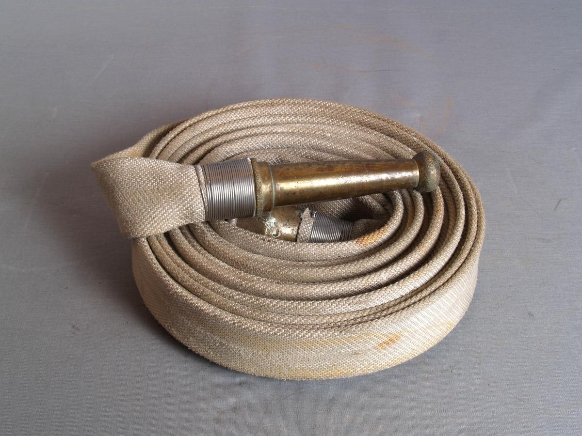 Brannslange i lerret, med kupling og strålemunnstykke i messing