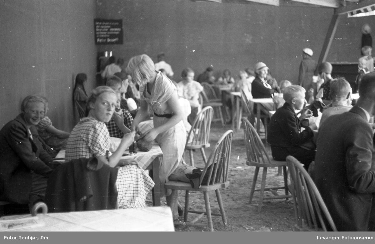 Fra byjubileet i 1936 sommerutstilling, folk spiser.