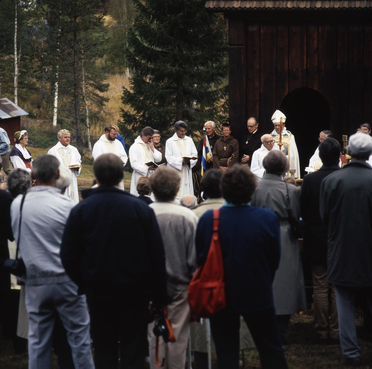 Invigning av St: Olofs Offerkyrka, tavkyrkan i Kårböle, 17 september 1989 av ärkebiskop Olof Sundby.