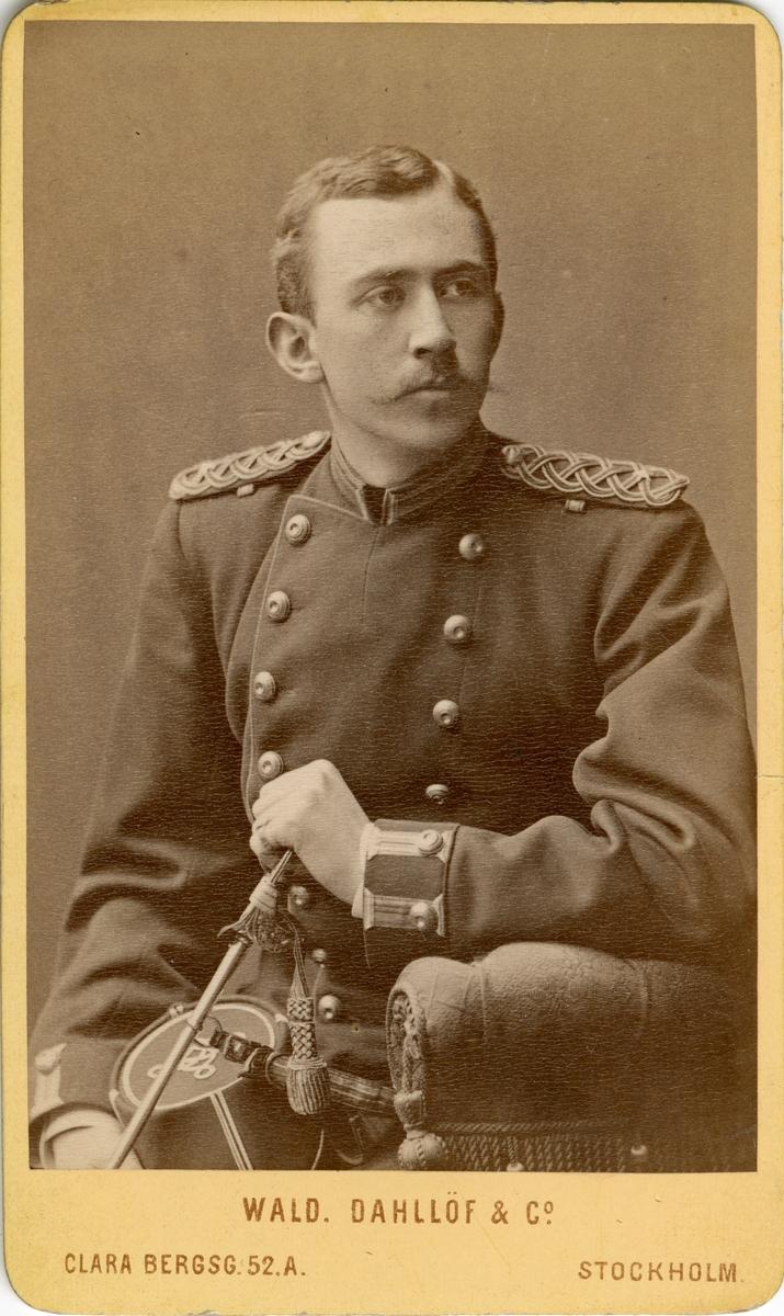 Porträtt av Gunnar Hyltén-Cavallius, underlöjtnant vid Kronobergs regemente I 11. Se även AMA.0007591, AMA.0007462 och AMA.0007461.