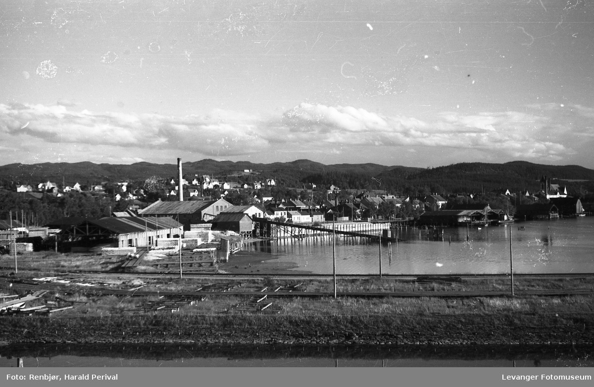 Levangersundet, tatt fra Røstad ved Levangerelva mot Verdalsbruket og sentrum.