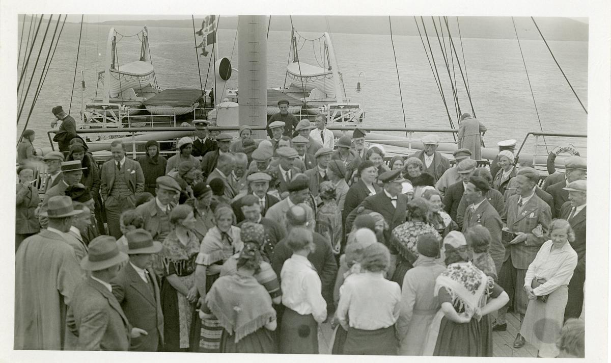 Passasjerar på dekk av S/S Stavangerfjord. Frå Norrønaferda i 1934.