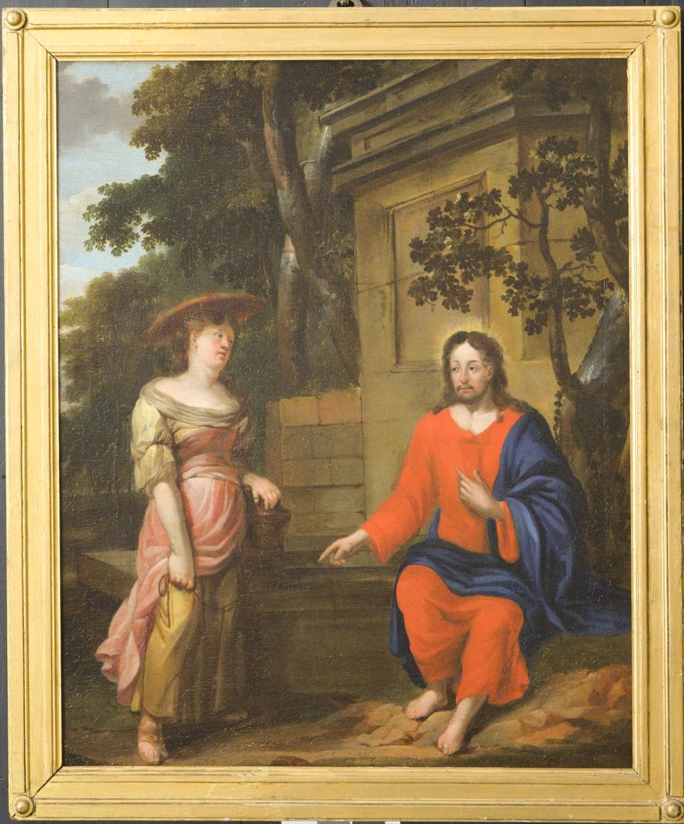 Brønn med oppmuring bak til høyre. Foran til venstre stående kvinne med vannbøtte og flat hatt kledt i rosa, gult, grått. Til høyre Jesus i rødt og blått, liten glorie. Trær. Himmel m/skyer i øvre venstre hjørne. Uvanlige proporsjoner i kroppene; malt for å bli sett fra en spesiell vinkel?