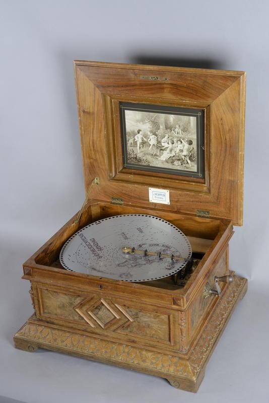 Platespilledåse Polyphon som den rustne platen skal spilles av på. Hvis den hadde vært i god stand. (Foto/Photo)