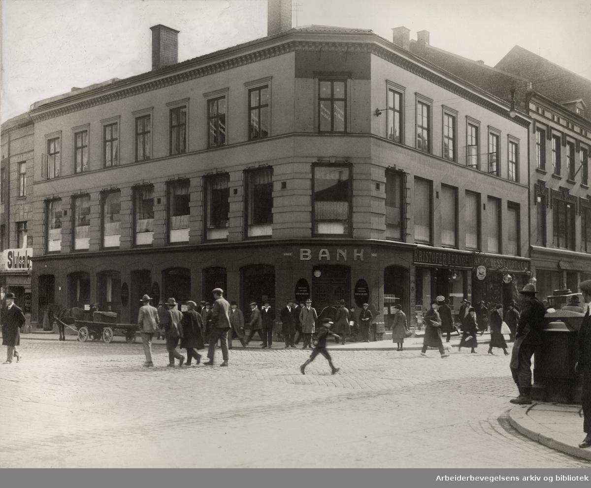 Kristiania og Opland Vekselbank (senere Arbeidernes Landsbank), flyttet inn i lokalene på Nytorvet 4 (Youngstorget ) i november 1918.