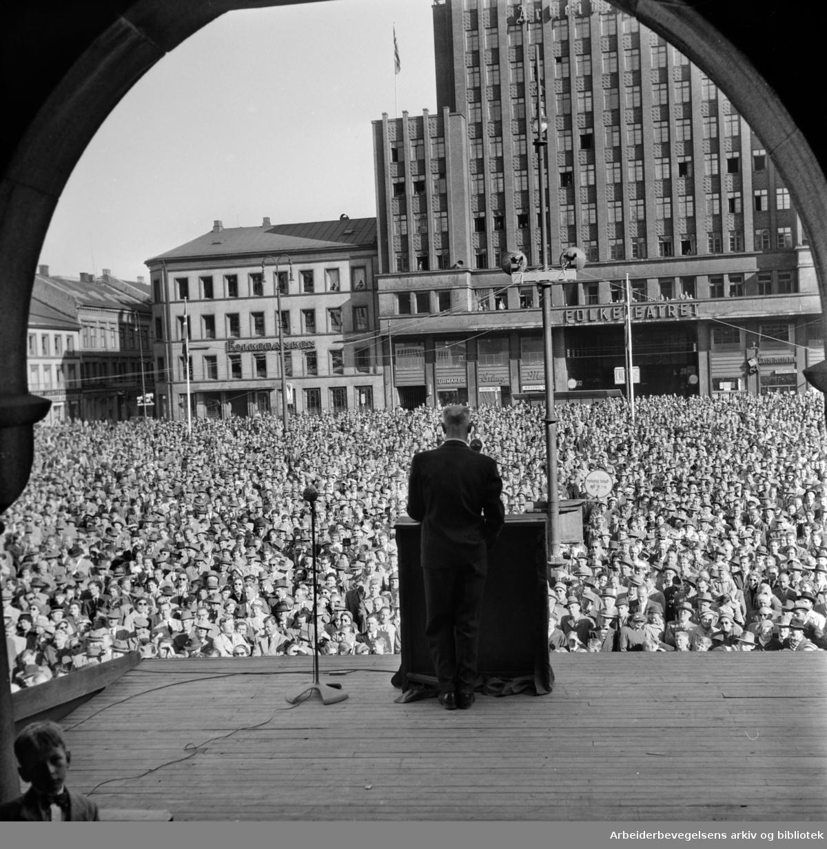 1. mai 1957, Einar Gerhardsen taler på Youngstorget.