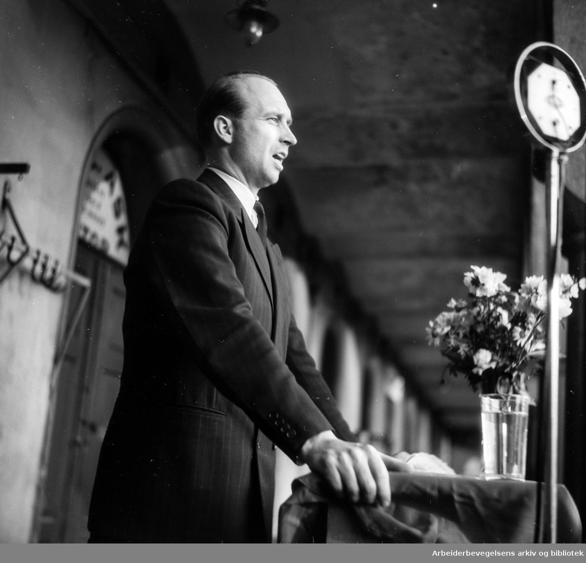 Forsvarsminister Jens Christian Hauge taler på sommerstevne på Youngstorget, juni 1948.