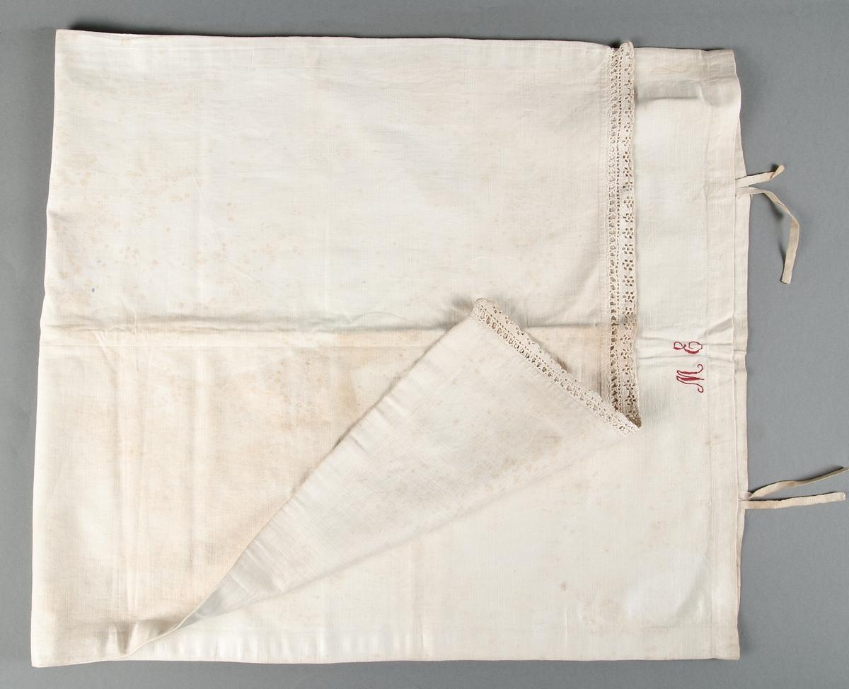 Örngott av vit linnelärft. Långsmalt med virkad spets i ena kortsidan, i den andra öppning med två par knytband. Märkt: ME med rött bomullsgarn i plattsöm och stjälksöm.