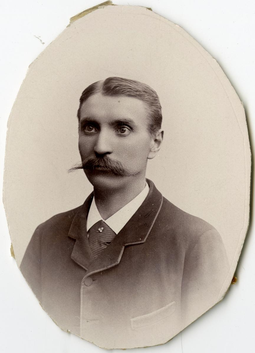 Porträtt av O. Thelander vid Stockholms Tyg-, ammunitions- och gevärsförråd.