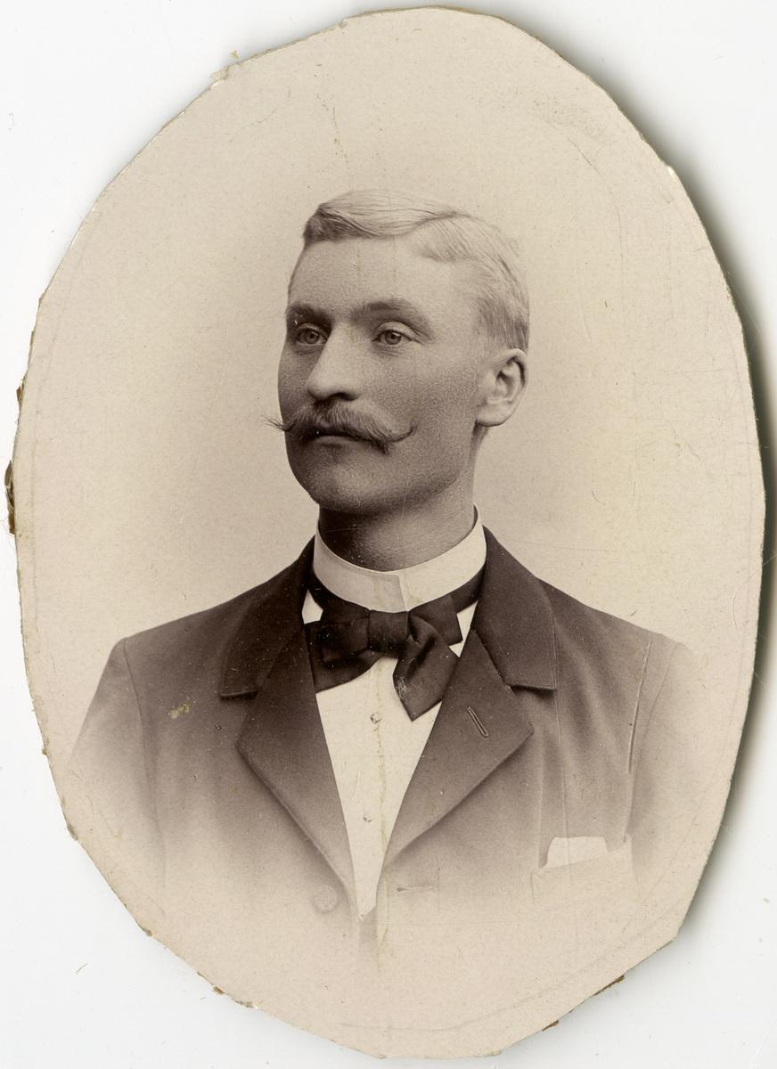 Porträtt av K.G. Hedlund vid Stockholms Tyg-, ammunitions- och gevärsförråd.