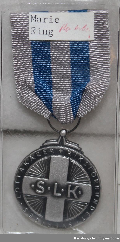 Runda medaljer med ripsband.
