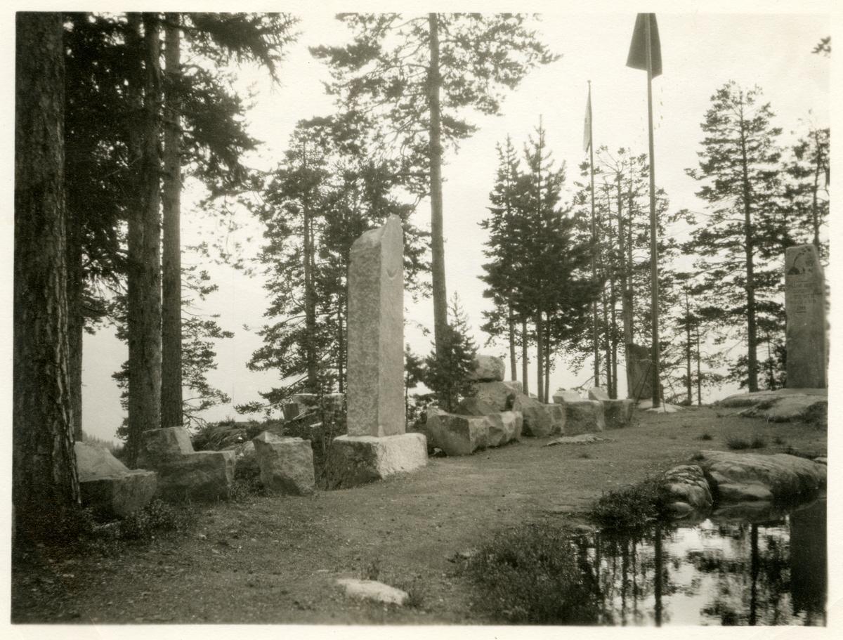 Vatneberget ved Goplerud, Hedalen, med kjelda som berget har navn etter.
