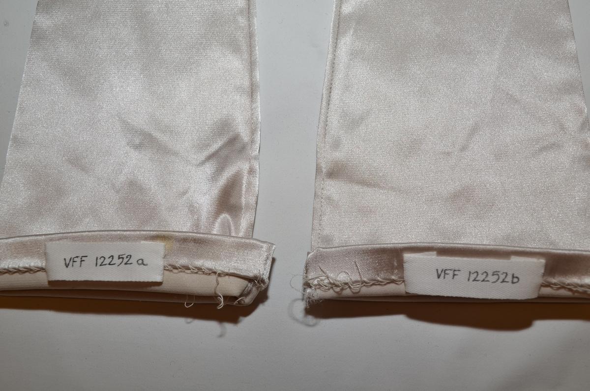 """Selskapshansker (a+b), syntetisk, elastisk """"sølv""""-stoff."""