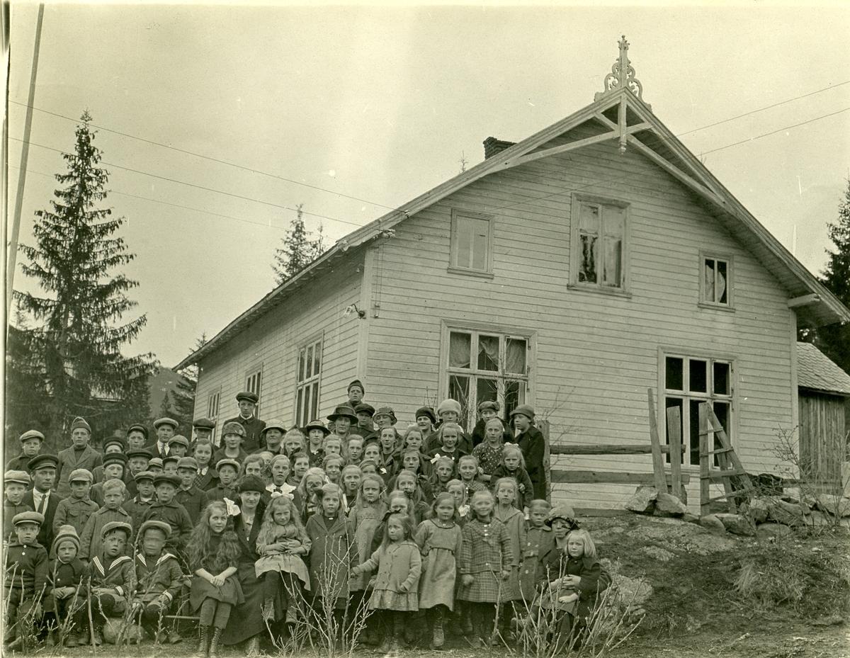 Bagn bedehus med søndagsskoleelever oppstilt for fotografering. Trolig fra 1928.