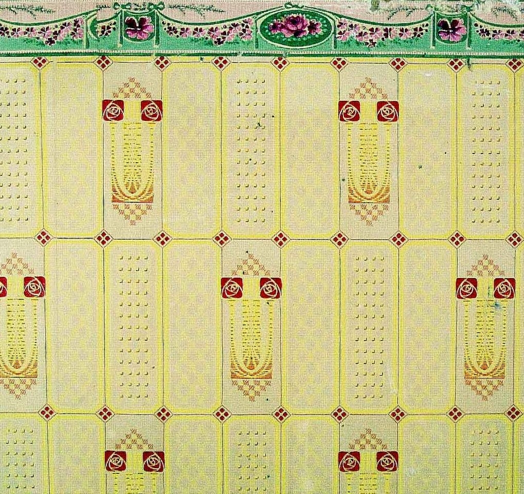 Rand-/rutmönster dekorerat med varierande geometriska ornament bla stiliserade rosor. Tryck i rött och gult på ett ofärgat papper.