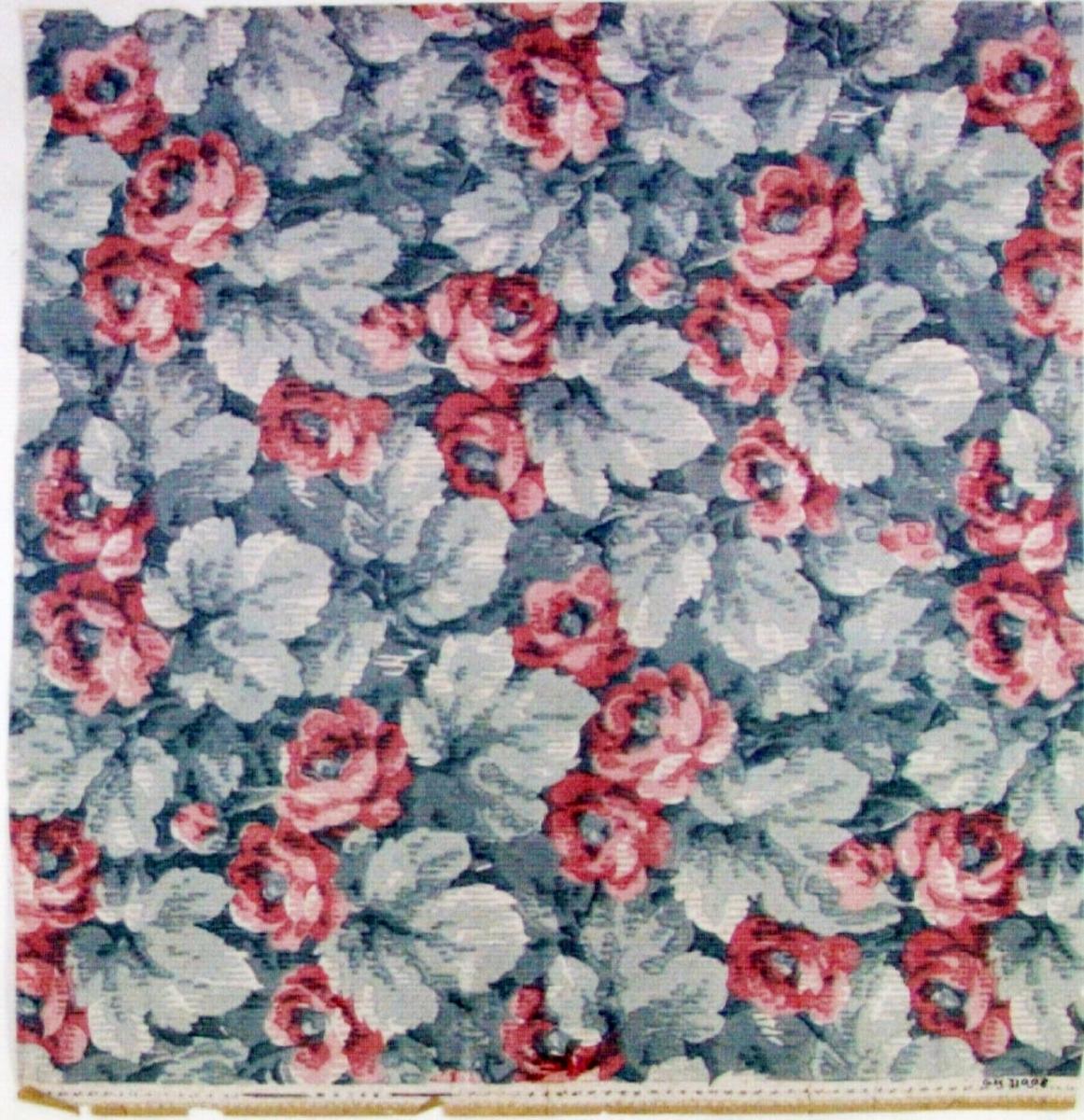 Tätt ytfyllande blad-/rosenmönster i tre rosa och tre ljusgrå nyanser. Övertryck med ett vitt rutmönster.