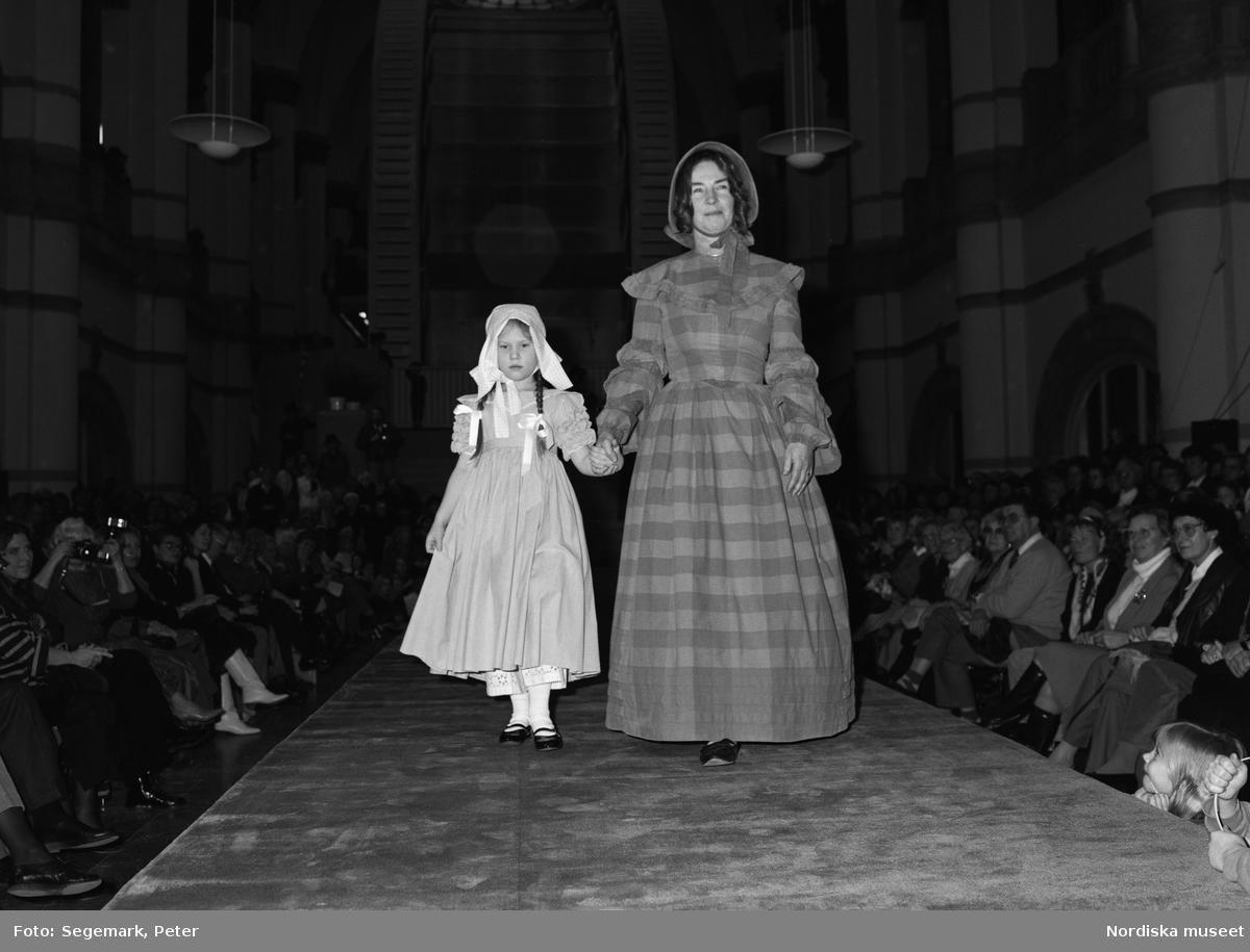 Modeparad på Nordiska museet i samband med öppnandet av Paris-Stockholm modeutställning.