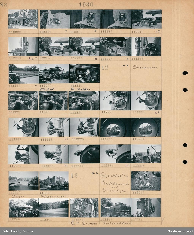 """Motiv: (ingen anteckning) ; Exteriör av ett hus, två kvinnor och en hund sitter på en uteplats med ett parasoll, en man och två kvinnor sitter på en uteplats, en kvinna häller upp kaffe till en man, landskapsvy med en parkerad bil och i bakgrunden en man som kör en traktor på en åker, bilar som står på en bensinstation med skylt """"Standard"""", en man """"Dr. Rabbén"""" i en bil.  Motiv: Stockholm; En man sitter i en bil och betalar för bensin till en man i arbetskläder vid en skylt """"Här utföres rundsmörjning fjädersmörjning oljebyte Standard service"""", en man står på ett stort cementrör och arbetar med slaghammare, exteriör av """"Riksdagshuset"""".  Motiv: Stockholm, Plaskdammen vid Sveavägen; Två kvinnor sitter på marken och äter, ett tivoli, vy över en park, en byst av """"C.M. Bellman"""", exteriör av Stadsbiblioteket med människor kring en plaskdamm i förgrunden."""