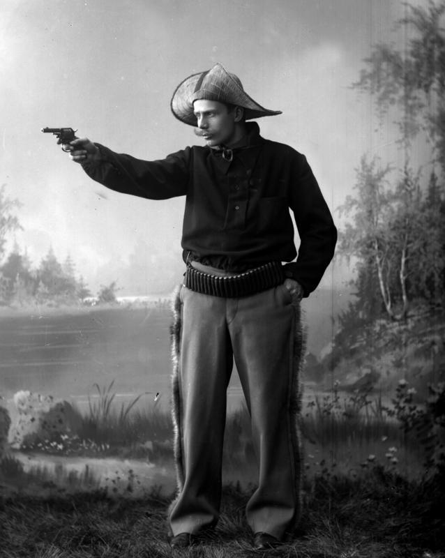 Portrett mann utkledd med hatt og våpen