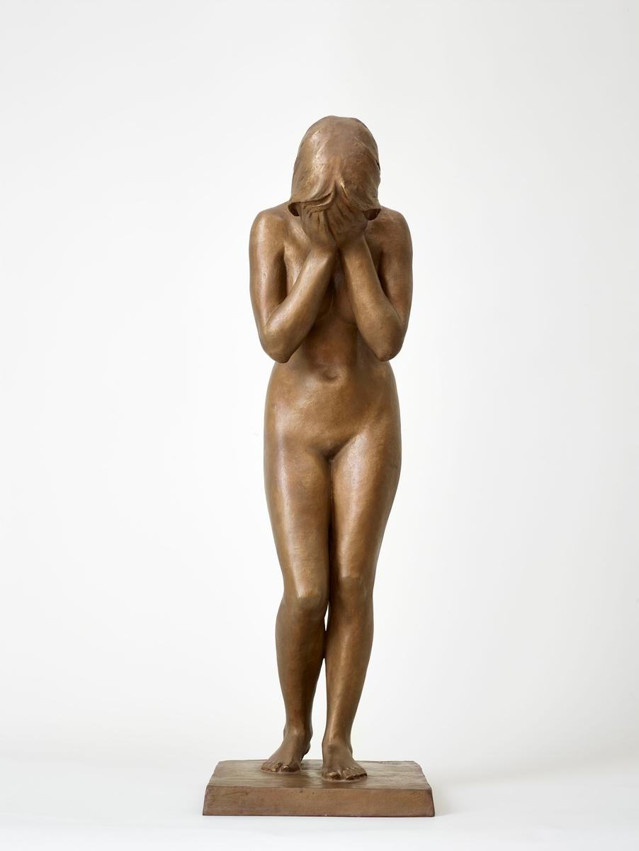 Bronse etter gipsversjon i privat eige i Oslo. Gipsversjonen har vore utstilt på Norges Jubilæumsutstilling i 1914, på Charlottenborg, København i 1915 og i Bergens Kunstforening i 1917.