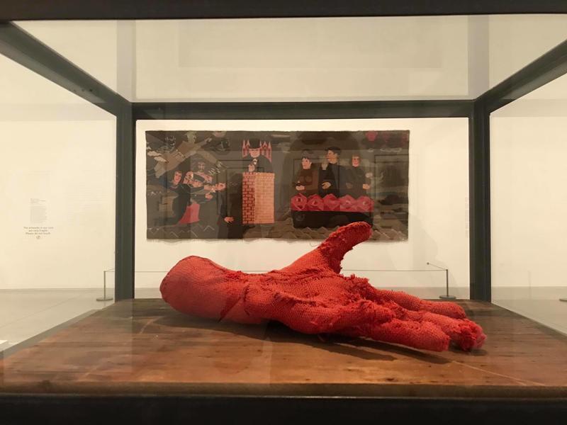 """Hannah Ryggens """"6. oktober 1942"""" slik det var utstilt i Turner Contemporary. Verk av Louise Bourgeois i forgrunnen."""