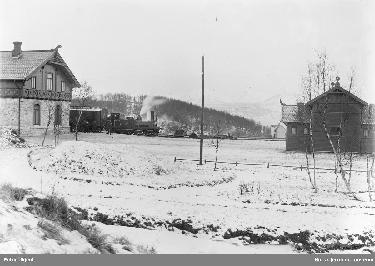 Narvik stasjon, damplokomotiv type I nr. 13 på stasjonen