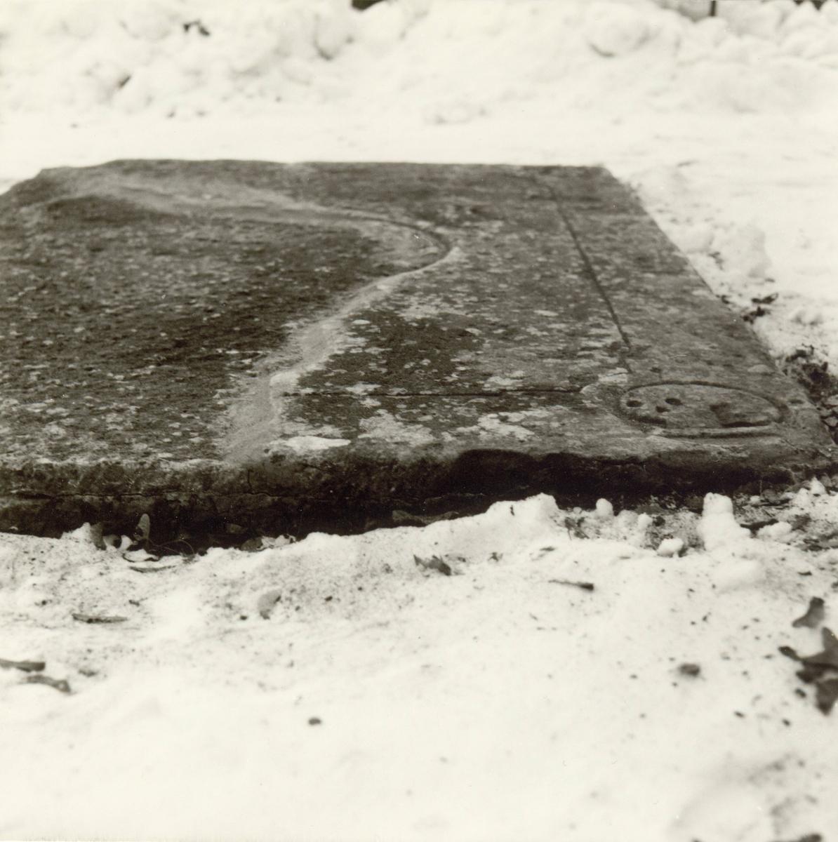 Liggande gravhäll på gamla kyrkogården i Kalmar.