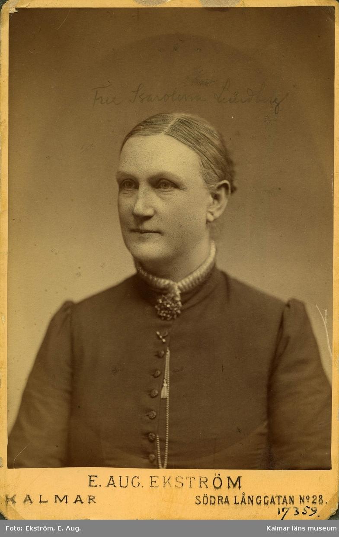 Lundberg Karolina maka till Lundberg J. P. Smedmästare. Porträttet gåva efter Lundbergs 1939 avlidna dotter Alma Lundberg.