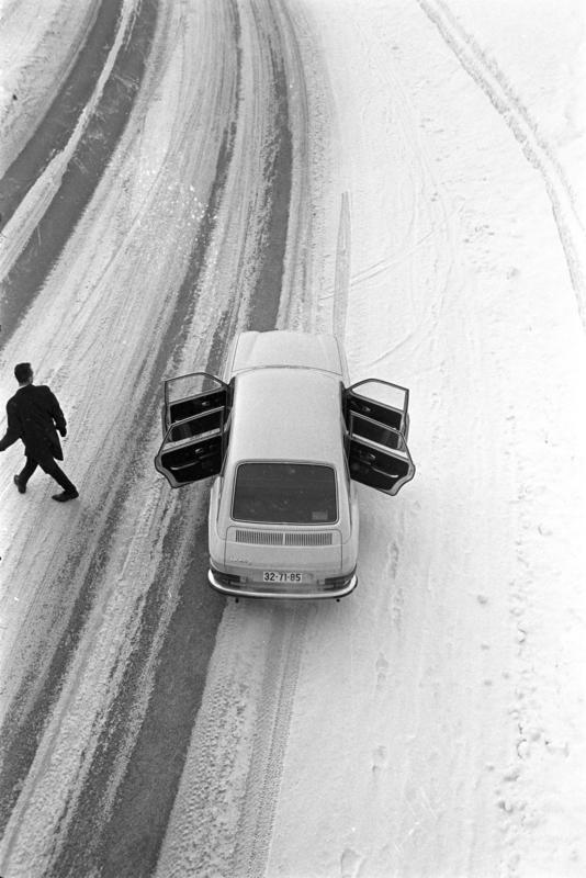 Mann og bil på vintervei i 1969. (Foto/Photo)