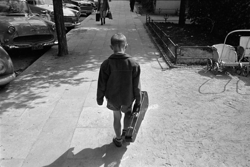 Gutt med fiolinkasse i Bergen, mai 1963. (Foto/Photo)