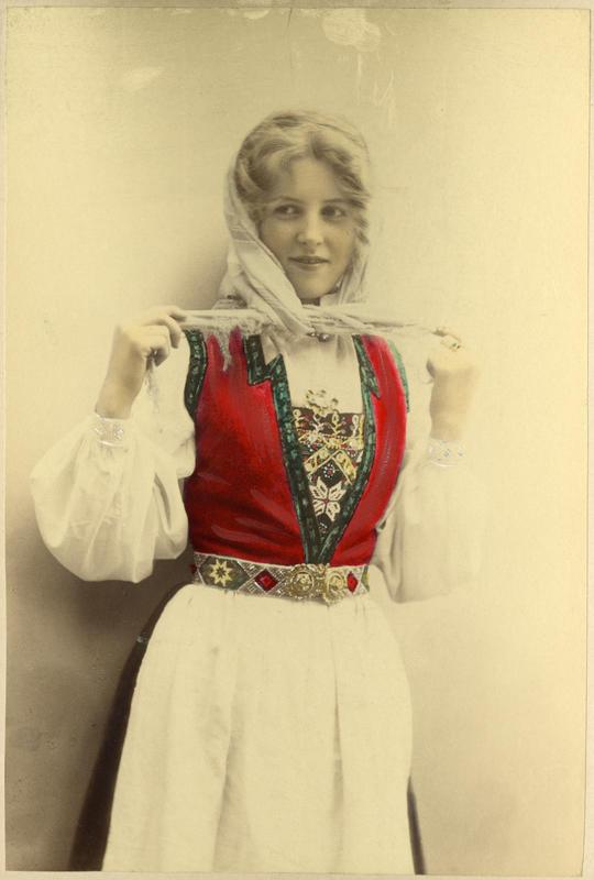 Fargelagt portrett av ung pike i Hardangerdrakt. 1905. (Foto/Photo)