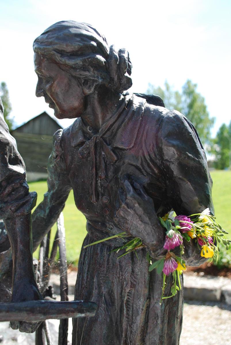 Statuen_Handkjerrepionerene-nrbilde.jpg