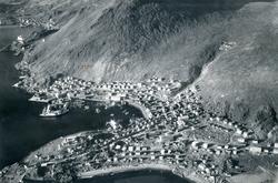 Flyfoto. Parti av Honningsvåg. I bakgrunnen ligger Storbukt.