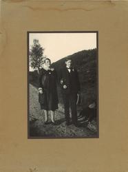 amatørfotografi av kvinne og  mann i mørke festkle som står