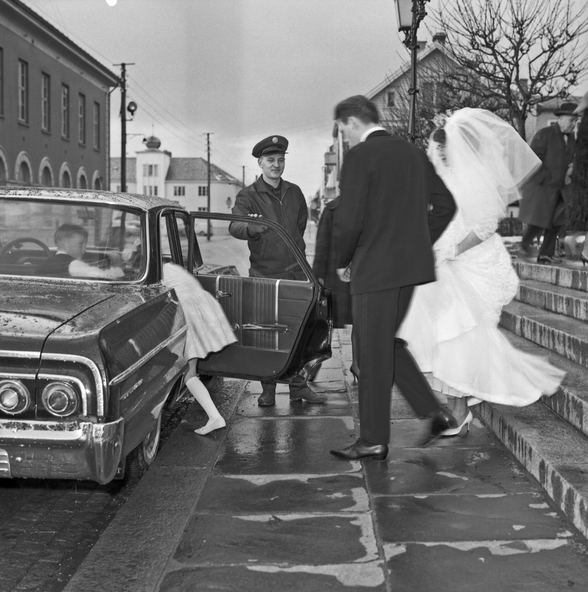 Bryllup brudeparet ankommer kirken, under vielsen og når de forlater kirken - bestiller Magne Hundsnes