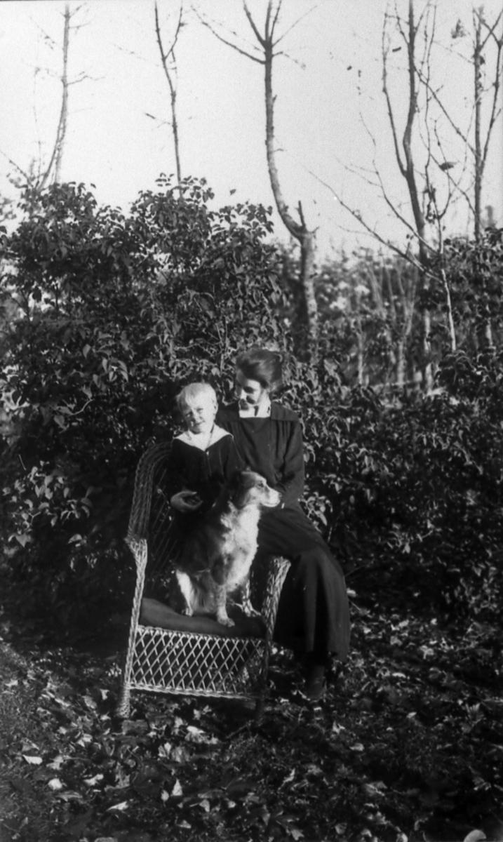 Härdis Persson med sin son Rune. Hon dotter till rättaren Karl Gustavsson Göteve. Härdis först gift med Karl på Stommen, sedan med mejeriarb. Bengtsson.