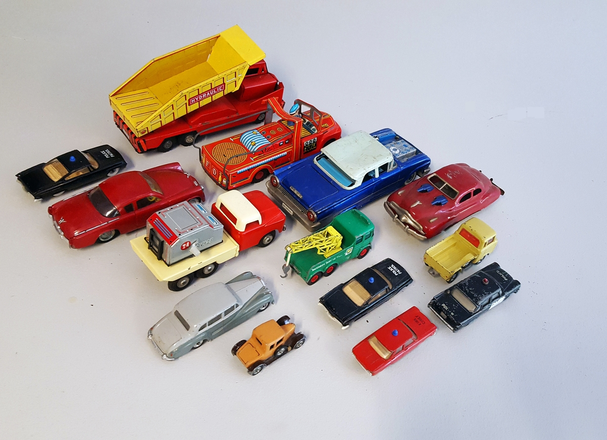 Diverse leiketøy bilar i metall