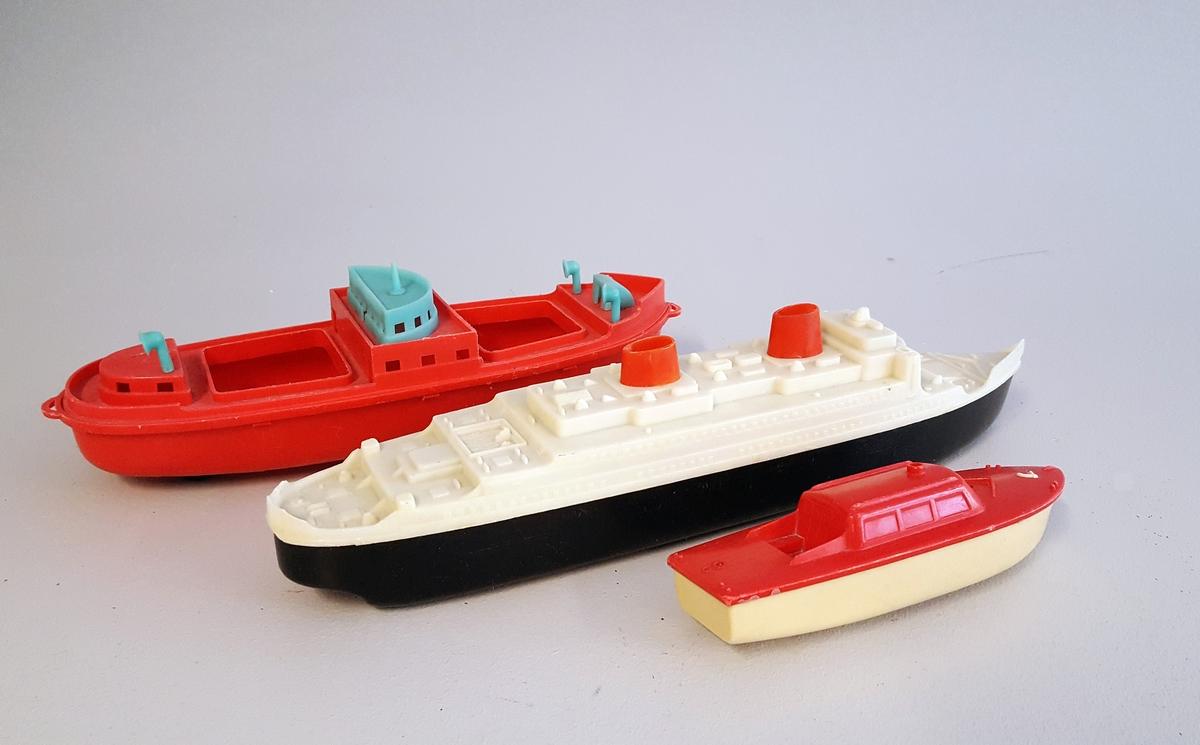 """3 leiketøybåtar i plastikk - 1 """"cruiseskip"""" - 1 """"ferje"""" - 1 """"lystbåt"""""""