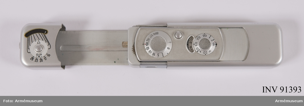 Kamera Minox B Typ 10200 med inbyggd exponeringsmätare Avståndskedja Fodral Film 8 x 11 mm  Kameran innehåller ej någon film vilket kontrollerades 2017-08-10 men däremot finns en separat filmkassett som ej är exponerad och alltså inte använd. Fuji Foto Center på Nybrogatan 34 anlitades.