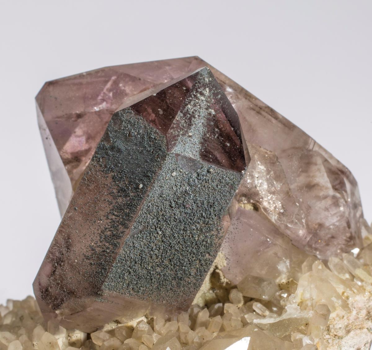 Ametyst og røykkvarts xl sammenvokst. Små kalsitt xls, bl.a. en tvilling, kloritt. E134 Drammen.