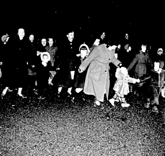 Bildtext: Skara.  Julen dansas ut 1954.
