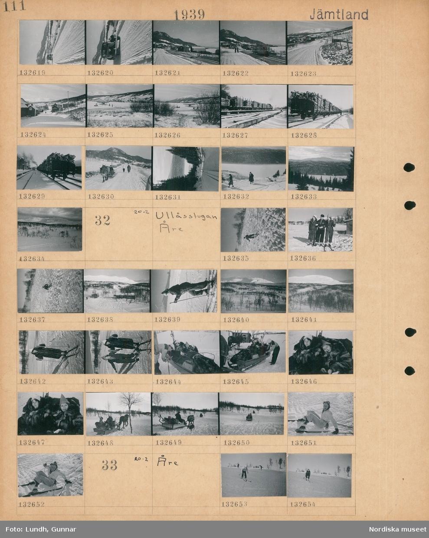 Motiv: Jämtland; Snötäckt landskapsvy med en bil på en väg och fjäll i bakgrunden, landskapsvy med järnvägsspår och fjäll, landskapsvy med hus, järnvägsvagnar med timmer, en snötäckt väg med fotgängare och en hästdragen kälke, två kvinnor går i naturen.  Motiv: Jämtland, Ullåsstugan, Åre; En man åker skidor i en backe, två kvinnor och en man med skidor i ett snötäckt landskap, snötäckt landskapsvy med bebyggelse och fjäll, en kvinna åker skidor, två kvinnor åker i en hästdragen släde.  Motiv: Jämtland, Åre; En kvinna åker skidor i en backe.