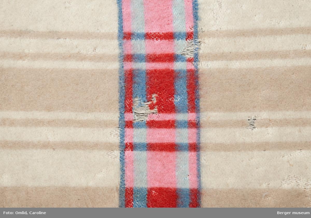 En prøve. Teppe med vertikalt stripemønster i teppets høyderetning. Tverrgående bord i striper med sterke farger - i krysning mellom vertikale og horisntale blir fargene sterkere.  Noe skitten.