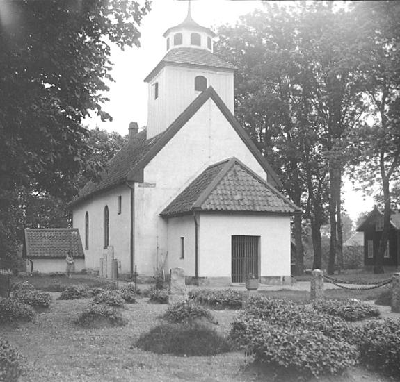 Bildtext: Ova socken. Kinnefjärdings härad. Västergötland. Kyrkan, exteriör.  Foto: 11/7 1928.