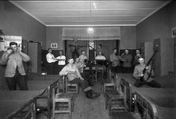 Sjukvårdare i Karlsborg omkr 1909 - 1911. Mannen med geväret