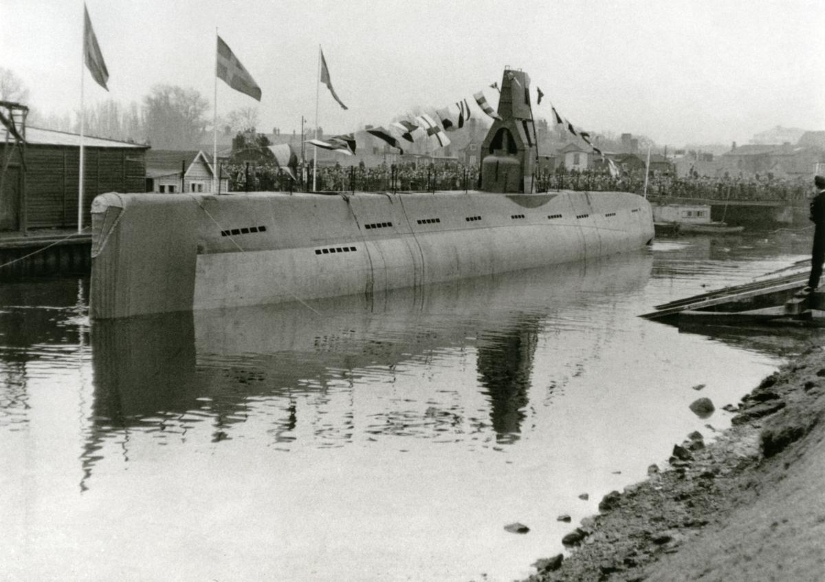 Ubåten Hajen III vid sjösättning i Malmö, 1954.