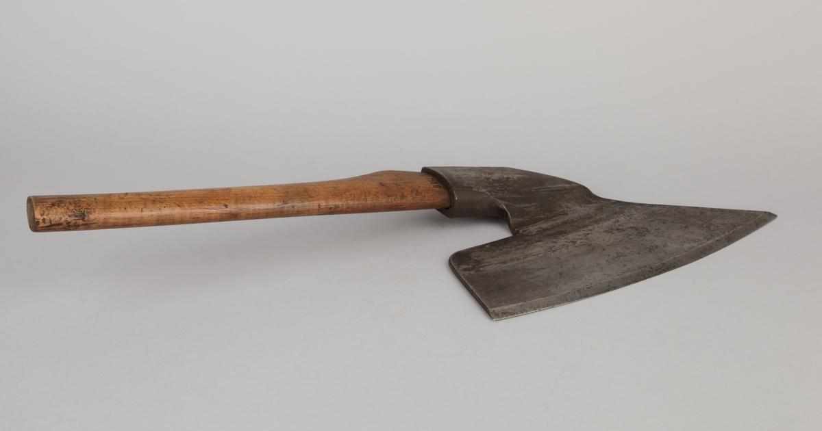 Øks med stort blad, brukes til å barke og bearbeide tømmer til skipsbygging.