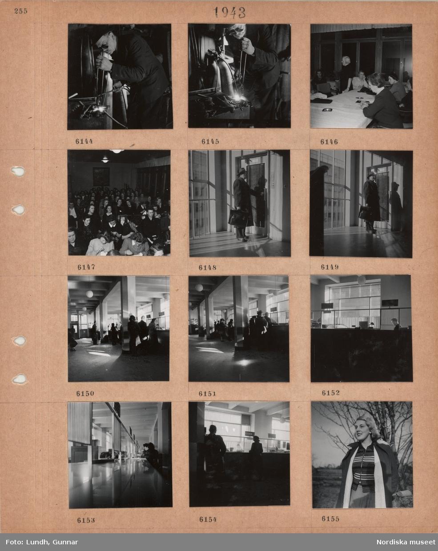 Motiv: En man arbetar med svetsning i verkstad, kvinnor sitter vid ett bord med duk och askfat, kvinnor sitter på stolar i rader, flera handarbetar, man i ytterkläder med portfölj står vid hissdörr, interiör med lång kassadisk, köande personer vid luckor, kvinna står framför ett träd med uppknäppt kappa.
